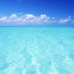 水は透明なのになぜ海は青い?